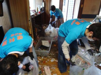 ゴミ屋敷の清掃風景