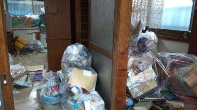 家のゴミをまとめている風景